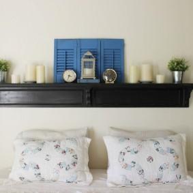 Расстановка декоративных элементов на полке в спальне