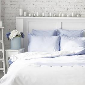 Ароматические свечи на полочке в спальне