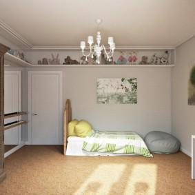 Открытая полка под потолком спальни