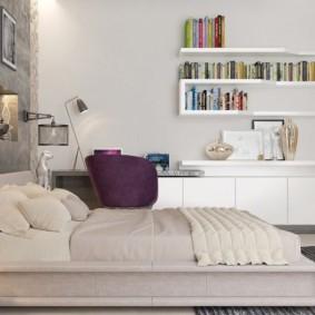 Низкая кровать в просторной спальне