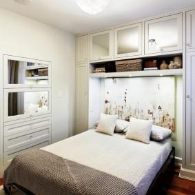 Удобные шкафчики в маленькой спальне
