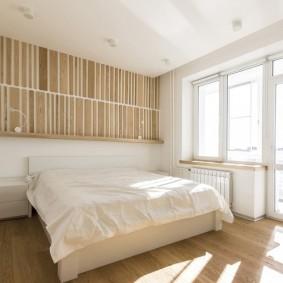 Светлая спальня без занавесок на окнах