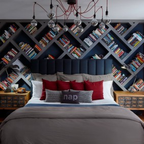 Серые полки для хранения книг в спальне