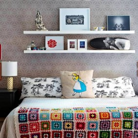 Белые полки на стене уютной спальни