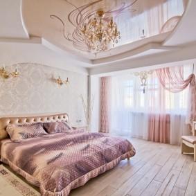 Красивый потолок в спальной комнате