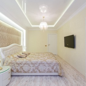 Небольшая спальня с подсветкой на потолке
