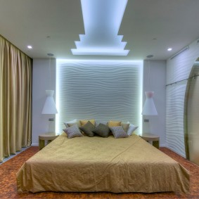 Дизайнерский потолок в современной спальне