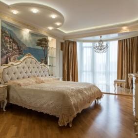 Просторная спальня с окном в эркере