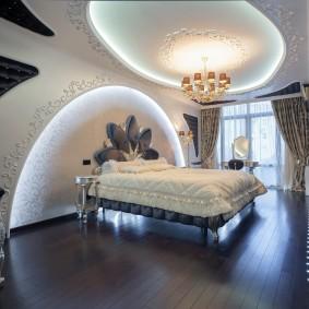 Деревянный пол в красивой спальне