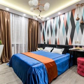 Геометрический принт на обоях в спальне