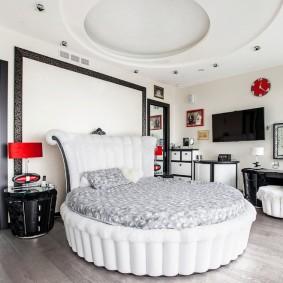 Круглая кровать в спальне с подвесным потолком