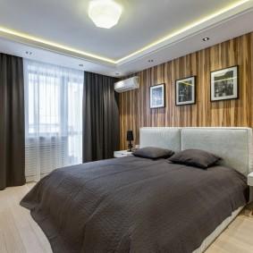 Серое одеяло на широкой кровати