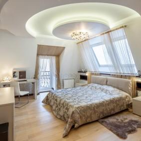 Уютная спальня с балконной дверью