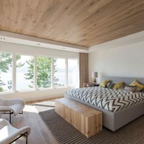 Отделка деревом потолка спальни