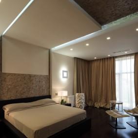 Оригинальный потолок в спальне квартиры