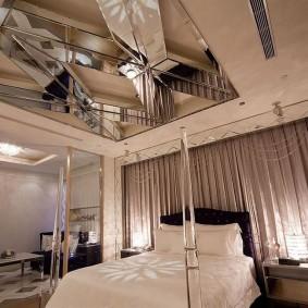 Зеркальное панно на потолке спальни