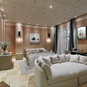 Плиты квадратной формы на потолке комнаты