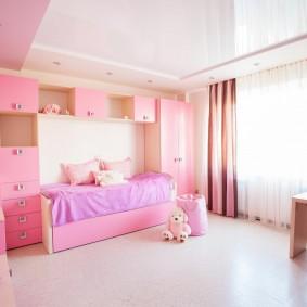 Розовые шкафы в детской спальне