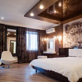 Коричневый потолок в интерьере спальни
