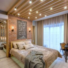 Деревянные бруски на белом потолке