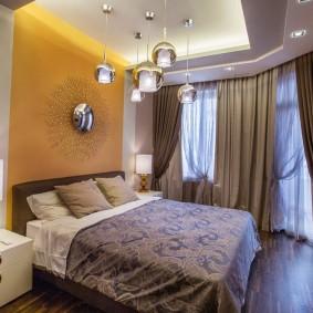 Желтая стена в спальной комнате