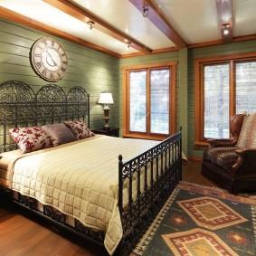 Металлическая кровать с кованым декором