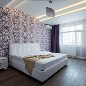 Линейные светильники на потолке спальни
