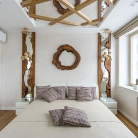Деревянный декор на потолке в спальне