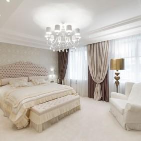 Интерьер большой спальни с двумя окнами