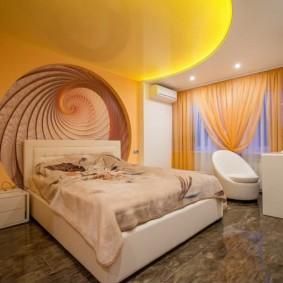 Желтый потолок как украшение спальни
