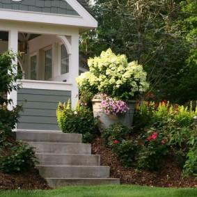 Садовая лестница с бетонными ступенями