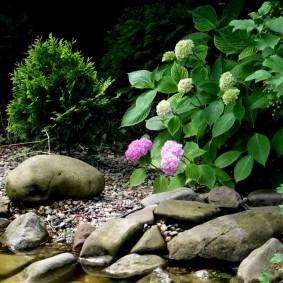 Каменные валуны на берегу искусственного водоема