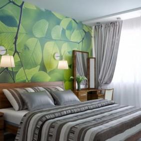 Зеленые фотообои на стене спальни