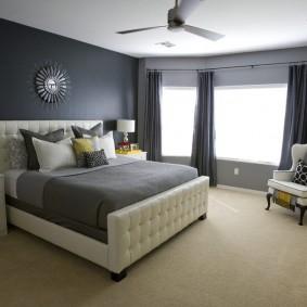 Серые шторы в эркере спальни