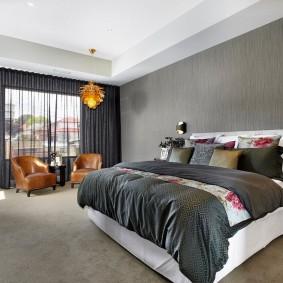 Золотистая люстра на потолке спальни