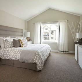 Серый пол в спальне частного дома