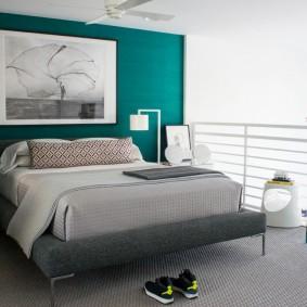 Серый матрас на двухспальной кровати