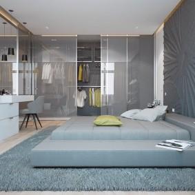 Серый ковер на полу комнаты