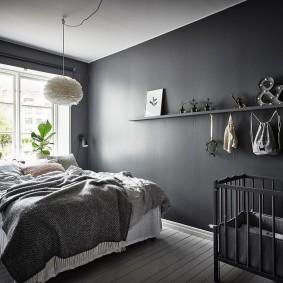 Детская кроватка серого цвета