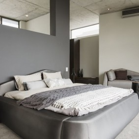 Удобная кровать с мягкой обивкой