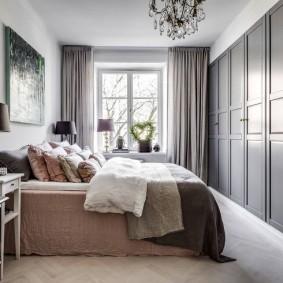 Встроенные шкафы вдоль стены в спальне