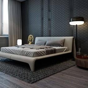 Напольный светильник около кровати серого цвета