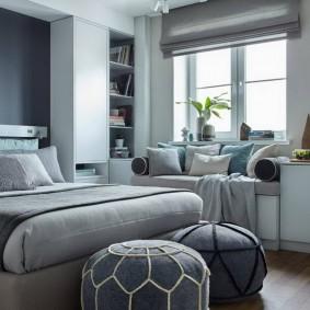 Удобный диванчик под окном в комнате