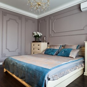 Синее одеяло в спальне неоклассического стиля