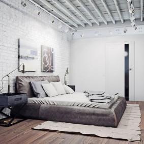 Деревянный потолок в спальне с элементами лофта