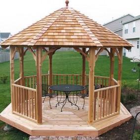 Садовая мебель в открытой беседке