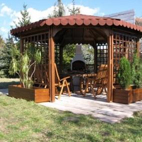 Площадка с беседкой для отдыха в саду