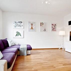 Серо-сиреневый диван в белом зале