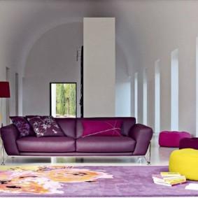 Мягкая мебель в зале загородного дома