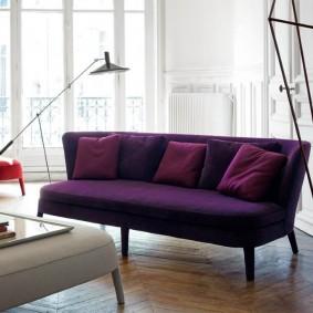 Прямой диван фиолетового цвета без подлокотников